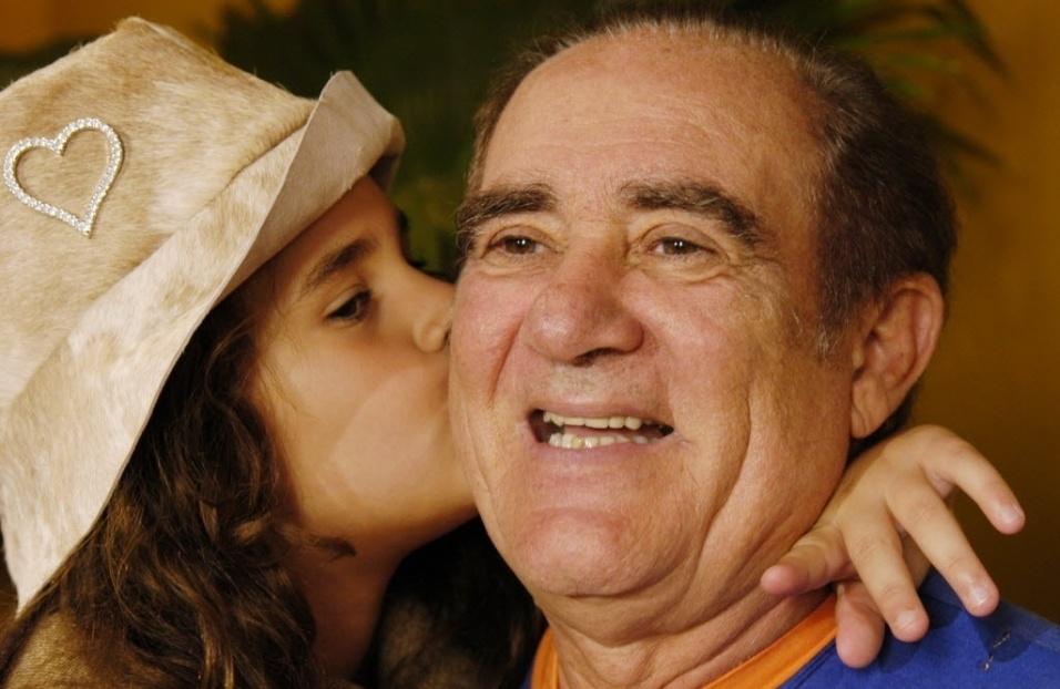 2006 - O humorista Renato Aragão (Didi) e sua filha, Lívian Aragão, então com 7 anos, no Projac, no Rio de Janeiro (RJ)