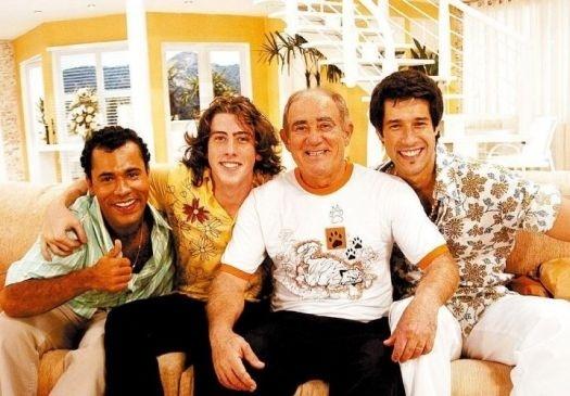 """2006 - Os atores Rodrigo Santanna, Pedro Nercessian e Daniel Del Sarto posam com Renato Aragão durante gravação de """"A Turma do Didi"""", da Rede Globo"""
