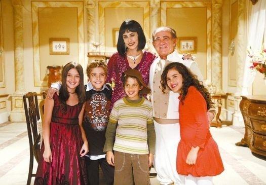 """2007 - Renato Aragão e parte do elenco do especial de fim de ano """"O Segredo da Princesa Lili"""" posam para foto"""