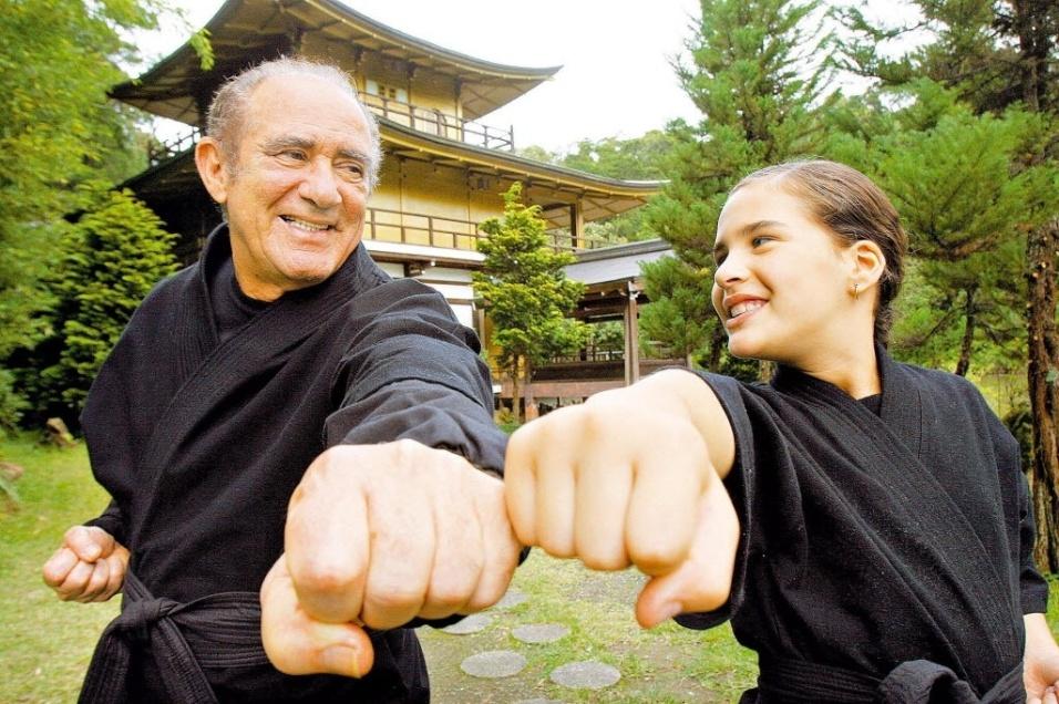 """2009 - Renato Aragão e sua filha Livian posam durante filmagens do novo filme """"O Guerreiro Didi e Ninja Lili"""", realizadas no Templo Budista Kinkaku-Ji, em Itapecirica da Serra (SP)"""