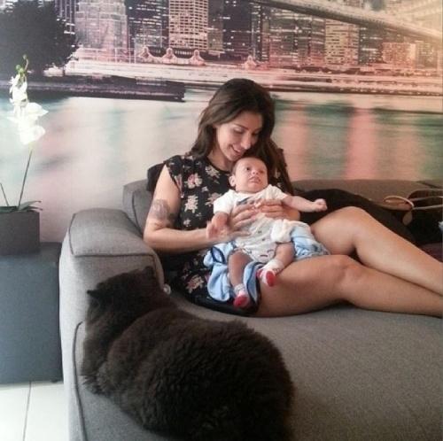 """21+.mar.2014 - A ex-BBB Jaque Khury registrou o momento em que tenta fazer o filho dormir ao lado de um gatinho que também está no sofá. """"Hora da soneca... ele resiste mas dorme! É só colocar a mão no rosto dele que ele apaga. Rs"""", escreveu a mamãe na web. O pequeno nasceu no dia 24 de janeiro"""