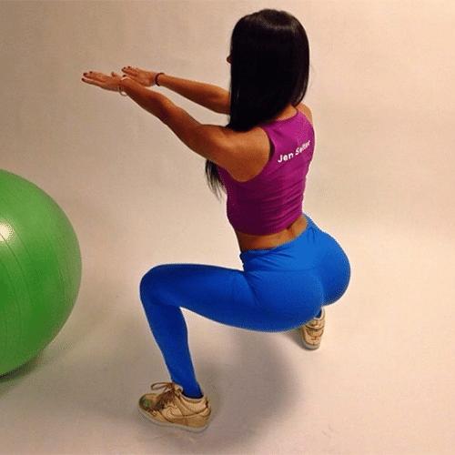 """24.mar.2014 - A modelo fitness Jen Selter (instagram.com/jenselter), de 20 anos, é sensação na web. A jovem, que mora em Nova York, já conquistou mais de 2 milhões e 700 mil seguidores no Instagram por compartilhar fotos da sua rotina, focando especialmente nos exercícios físicos. Dona de um bumbum avantajado, ela é conhecida pela imprensa norte-americana como """"a bunda mais famosa do Instagram"""""""
