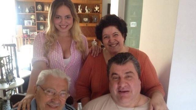 26.mar.2014 - O ator Gerson Brenner, de 54 anos, estava no auge da carreira quando foi baleado na cabeça durante um assalto em 1998. Na época, ele era casado com a bailarina e hoje apresentadora Denize Taccto, mãe de sua filha, Vitoria, de 15 anos.  Hoje, no entanto, ele é casado com Marta Mendonça, a psicóloga que conheceu durante o tratamento em São Paulo. É a atual esposa juntamente com o pai de Gerson que cuidam dele. Até então, Marta não aparecia em imagens ao lado do marido, mas recentemente foram publicadas no perfil de Gerson no Facebook algumas fotos de um almoço de domingo em que o casal aparece ao lado do pai (à esq.) do ator e da filha mais velha, Ana (à esq.), de 17 anos. Gerson, que se comunica apenas por gestos, aparece sorridente nas imagens ao lado da família