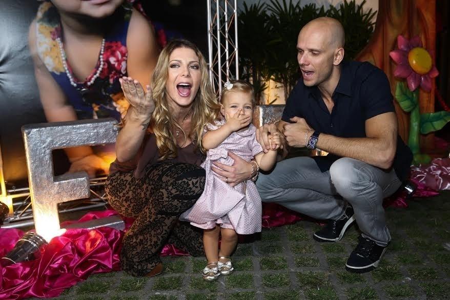 26.mar.2014 - Sheila Mello e Fernando Scherer organizaram uma festa em um buffet de São Paulo, com decoração em tons de rosa, para comemorar o 1º ano de vida da pequena Brenda. Na imagem, a garotinha posa mandando beijos para os convidados