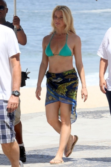 30.mar.2014 - Letícia Spiller grava comercial na praia de São Conrado, no Rio de Janeiro, e mostra que, aos 40 anos, está em excelente forma física