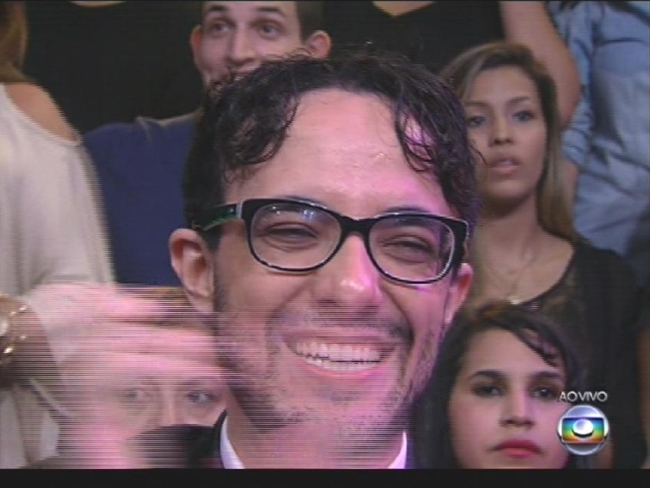 """1º.abr.2014 - Alisson, o 2º eliminado do """"BBB14"""", curte show de Gaby Amarantos na grande final do reality"""