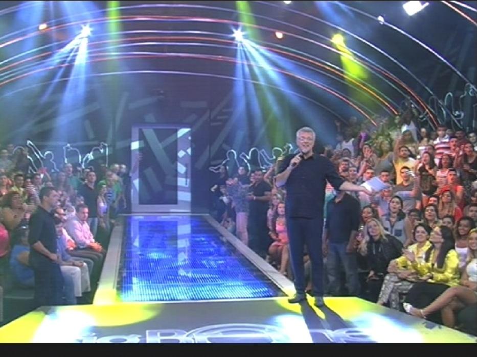 """1º.abr.2014 - O apresentador Pedro Bial é pego desprevenido na abertura do programa ao vivo desta terça-feira, a grande final do """"BBB14"""". """"Já estamos no ar? Mas tem que avisar, pô"""", disse o apresentador em tom brincalhão"""