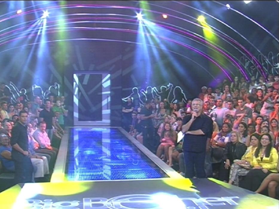 """1º.abr.2014 - O apresentador Pedro Bial é pego desprevenido na abertura do programa ao vivo desta terça-feira, a grande final do 'BBB14'. """"Já estamos no ar? Mas tem que avisar, pô"""", disse o apresentador em tom brincalhão"""