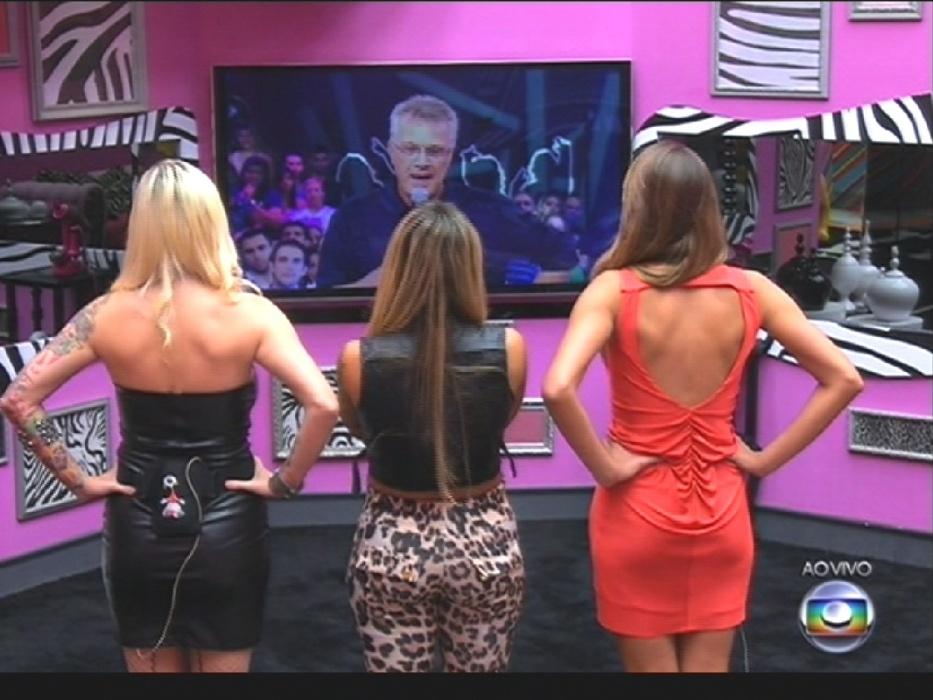 1º.abr.2014 - Pedro Bial conversa com as sisters finalistas na abertura do programa
