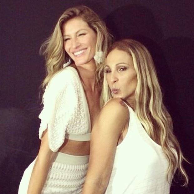 02.abr.2014 - Valesca Popozuda não perdeu tempo durante a São Paulo Fashion Week e registrou um momento ?beijinho no ombro? com a top Gisele Bündchen