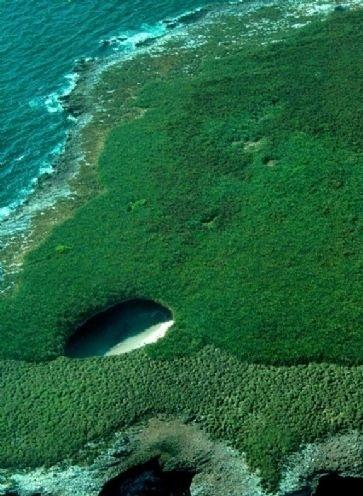 """4.abr.2014 - As ilhas Marietas são um pedacinho de paraíso escondido no Oceano Pacífico, localizado na região de Puerto Vallarta, no México. A """"Playa de Amor"""", também conhecida como """"Playa Escondida"""", é um dos grandes destaques naturais do local: a praia de águas azul turquesa fica escondida dentro de uma caverna gigante com um buraco no teto.  De formação vulcânica, a praia só é acessível pelo mar através de uma pequena passagem entre as rochas"""