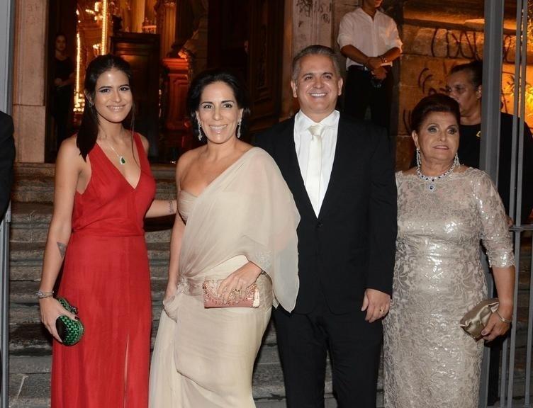 4.abr.2014 - Glória Pires (na foto junto com a família) também prestigiou o casamento de Maíz de Oliveira. A atriz surgiu com um vestido bege, enquanto a filha, Antonia Moraes (esq.), apareceu com um modelito vermelho