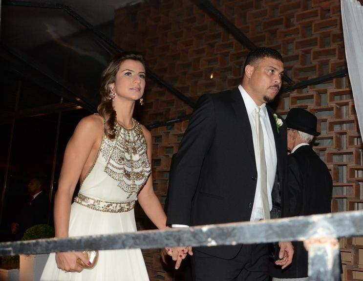 4.abr.2014 - O ex-jogador Ronaldo foi ao casamento de Maíz de Oliveira acompanhado da namorada Paula Morais. O casal foi um dos 22 casais de padrinhos na cerimônia