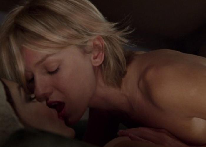 """No clima surrealista do diretor norte-americano David Lynch, o filme """"Cidade dos Sonhos"""" cria um clima sensual e misterioso entre as atrizes Naomi Watts e Laura Harring, que culmina em uma das cenas lésbicas mais sexuais do cinema"""