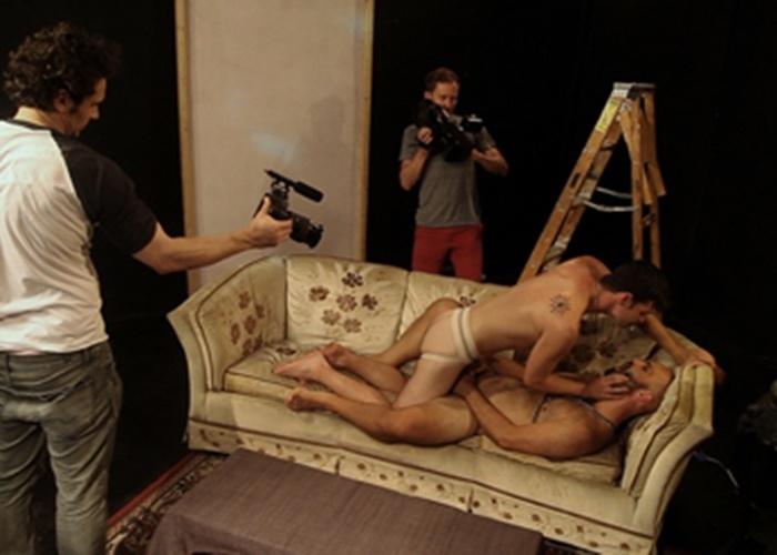 """Em """"Interior. Leather Bar"""", de 2013, o ator James Franco e o diretor Travis Mathew fazem um filme recheado de cenas sexuais e sadomasoquistas. A ideia do roteiro é imaginar como seria se fosse verdade os boatos de que no filme """"Cruising"""", protagonizado por Al Pacino, em 1980, rolaram cenas de sadomasoquismo reais durante as filmagens do longa, que foram cortadas da produção. Partindo disso, o filme aborda a """"gravação cortada"""", retratando a exploração da liberdade sexual e criativa, segundo os diretores"""