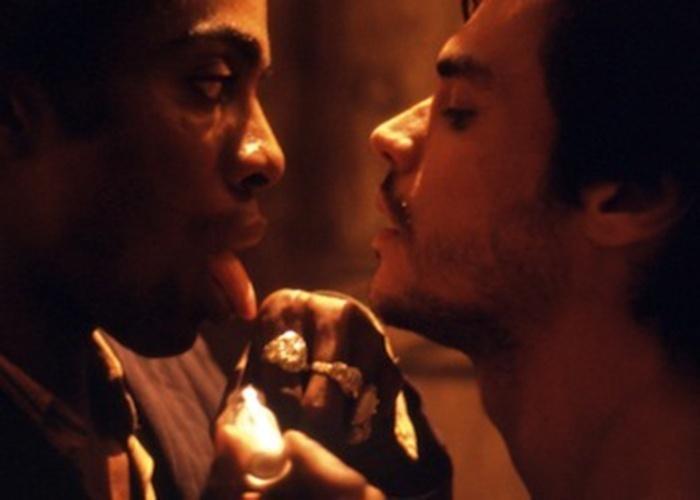 """O filme nacional """"Madame Satã"""", de 2001, relata a história do negro homossexual João Franciso, vivido por Lázaro Ramos. Marginalizado no Rio de Janeiro de 1932, o protagonista encontra pequenos consolos nas relações que mantém com a prostituta Laurita e, principalmente, na relação dúbia com Renatinho, interpretado pelo ator Felippe Marques, com quem protagoniza uma cena de sexo"""