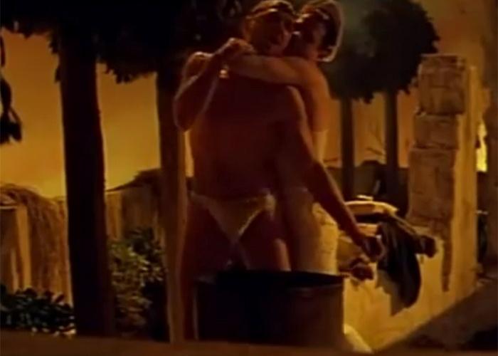 """No filme """"Querelle"""", de 1992, acompanhamos a história de um marinheiro, interpretado por Brad Davis, que se diverte com homens e mulheres em um porto francês. O filme também traz elementos de marginalidade e violência"""