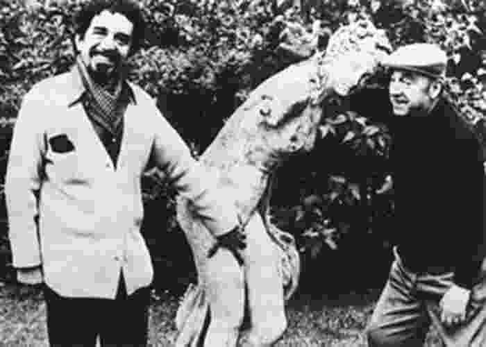 """1956 - Gabriel García Márquez (esq.) e o poeta chileno Pablo Neruda (1904-1973) em Paris. Gabriel García Márquez descobriu sua veia literária ao ler """"A Metamorfose"""", de Kafka. """"Eu não sabia que era possível fazer isso, mas, se assim for, eu estou interessado em escrever"""", disse ele - Reprodução"""