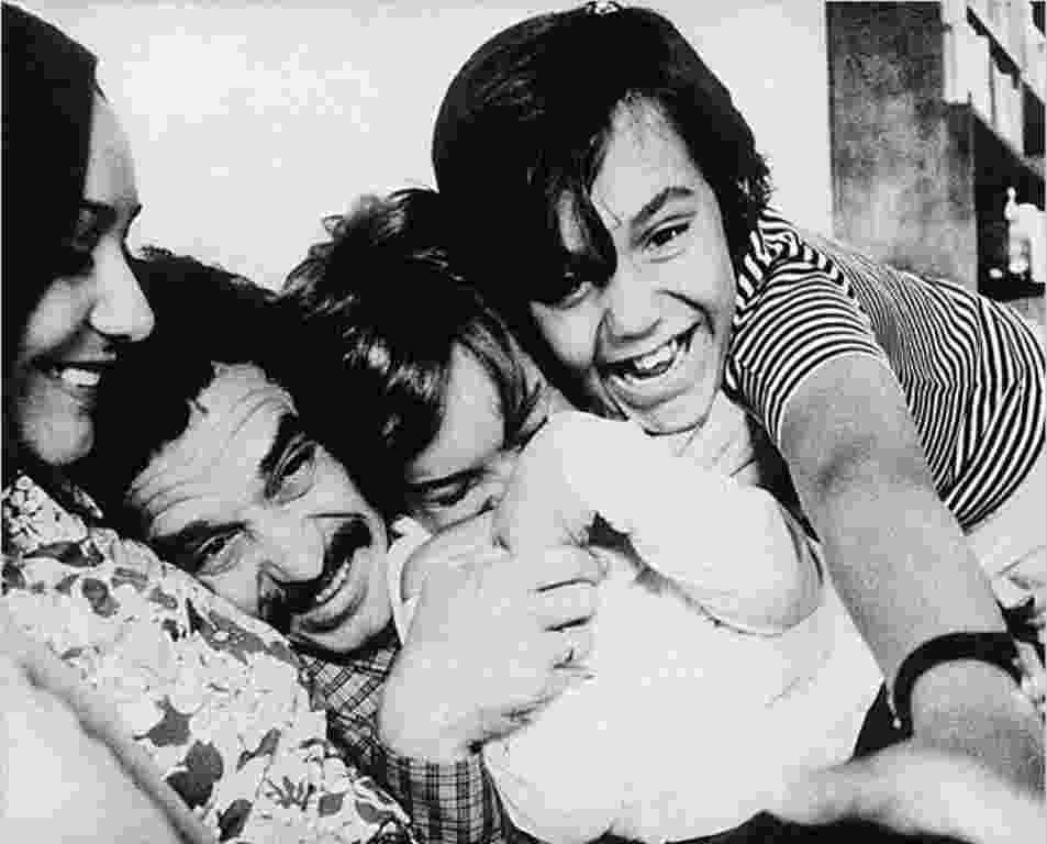 Em foto sem data, Gabriel García Márquez posa com a mulher, Mercedes Bacha García, e com os filhos, Ricardo e Gonzalo - Reprodução