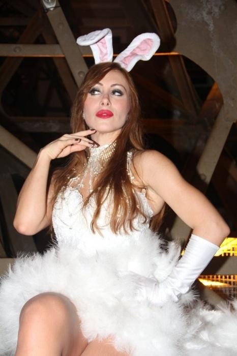 19.abr.2014 - A ex-BBB Aline fez ensaio sensual especial para a Páscoa para uma loja de fantasias no Rio de Janeiro. A modelo e atriz se vestiu de coelhinha e até se lambuzou de chocolate para esquentar ainda mais as fotos