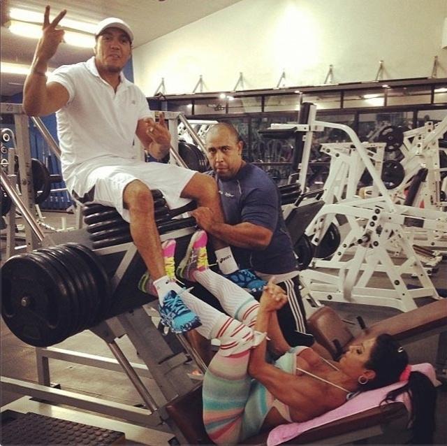 23.abr.2014 - Gracyanne Barbosa aproveitou o treino para mostrar ao marido, o cantor Belo, quem é que tem as pernas mais fortes do casal. A gata se exercitou usando o amado como