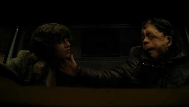 """26.abr.2014 - O longa """"Sob a Pele"""", ficção científica dirigida por Jonathan Glazer, trata de alienígenas que percorrem as ruas de Glasgow e sequestra homens desprevenidos. Em uma cena, Scarlett Johansson, que dá vida a uma alienígena, é vista com um homem encapuzado (Pearson), que revela o rosto desfigurado."""