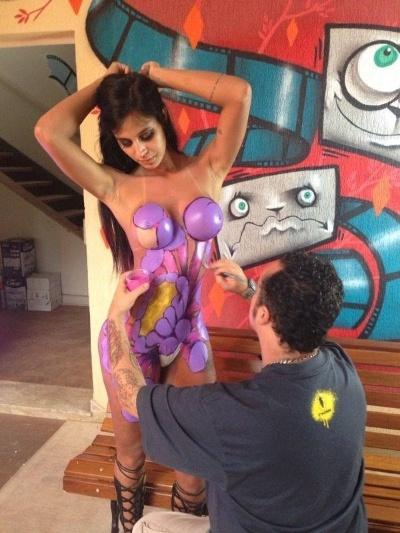 26.abr.2014 - Lorena Bueri tirou a roupa para um ensaio em que aparece coberta pela arte corporal do artista plástico Binho Ribeiro. As imagens da modelo serão exibidas em uma exposição do artista em Los Angeles, nos EUA, no fim do ano
