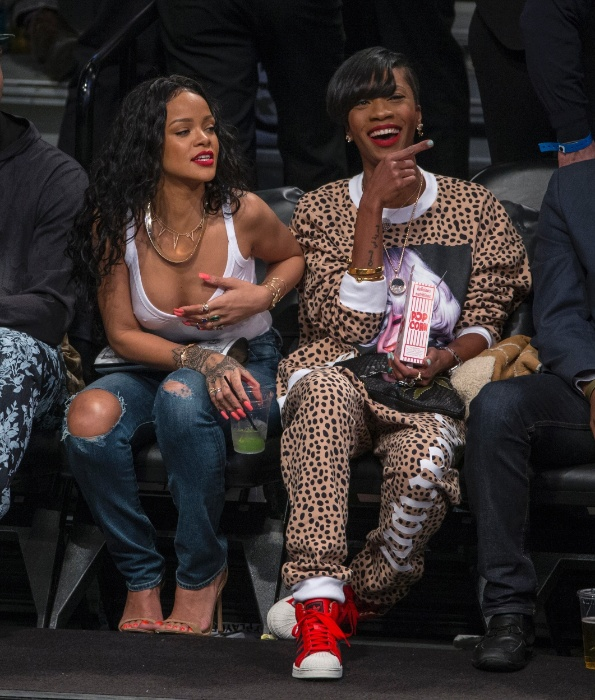 25.abr.2014 - Rihanna escolheu uma blusa branca e transparente para assistir ao jogo de basquete entre o Brooklyn Nets e o Toronto Raptors, em Nova York, e ficou com os seios em evidência. A cantora, que estava acompanhada de amigos, foi a atração do jogo