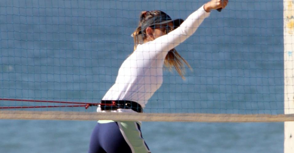 30.abr.2014 - A modelo Letícia Wiermann, filha do apresentador Datena, mostrou que está em ótima forma durante manhã de treino na praia do Leblon, no Rio de Janeiro