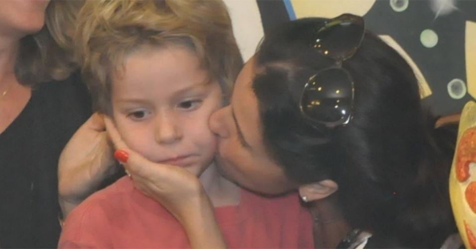 25.mai.2010 - Giovanna Antonelli beija o filho Pietro na festa de aniversário de 5 anos do menino em shopping do Rio de Janeiro