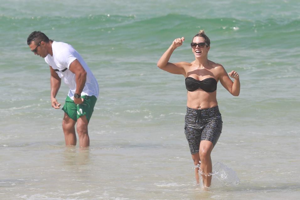 4.mai.2014 - Ao lado do marido, o lutador de MMA Vitor Belfort, Joana Prado mergulha de short na praia da Barra da Tijuca, na zona oeste do Rio. O casal tem três filhos: Davi, Vitoria e Kyara