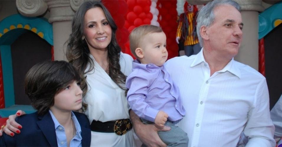 8.ago.2010 - O apresentador Otávio Mesquita posa ao lado da família: a mulher Melissa Wilman, o filho Pietro (no colo), e o enteado Kauan, em uma casa de festas em São Paulo