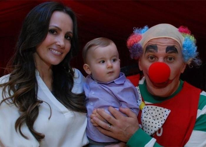 FESTA DE PIETRO, FILHO DE OTÁVIO MESQUITA - 8.ago.2010 - O apresentador Otávio Mesquita, vestido de palhaço, fotografa com a mulher Melissa Wilman e o filho Pietro