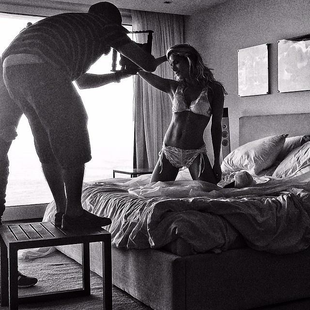 7.mai.2014 - O ator Bruno Gagliasso mostrou não tem ciúmes e divulgou fotos dos bastidores de um ensaio de lingerie da esposa, a modelo Giovanna Ewbank