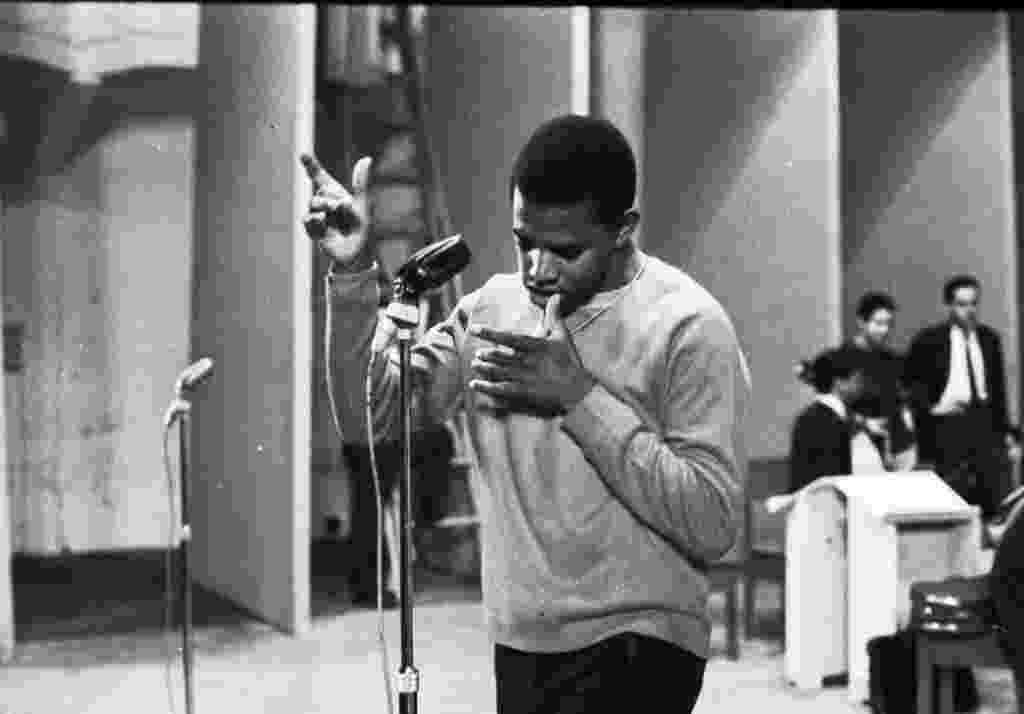 1967 - O cantor Jair Rodrigues se apresenta no 3º Festival de Música Popular Brasileira - Reprodução