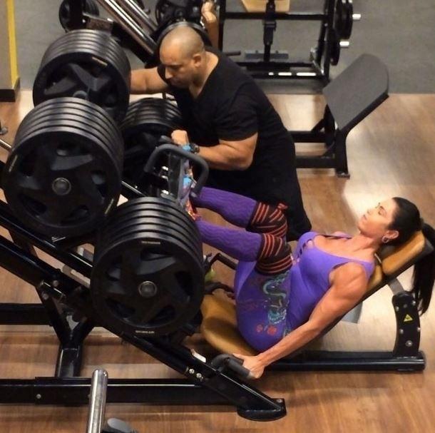 8.mai.2014 - A dançarina Gracyanne Barbosa mostrou que não é fácil cultivar o corpão que exibe constantemente na internet.  A gata divulgou imagens de um momento de seu treino para perna em que levanta 480 quilos. É possível contar 24 anilhas de 20 quilos cada uma no equipamento.