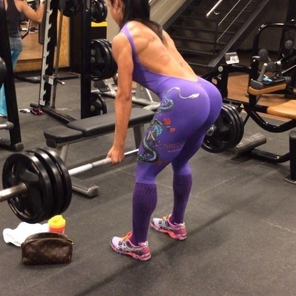 8.mai.2014 - A dançarina Gracyanne Barbosa mostrou que não é fácil cultivar o corpão que exibe constantemente na internet.  Depois de levantar 480 kg no exercício de perna, ela apareceu carregando cerca de 60 kg em um exercício para lombar.