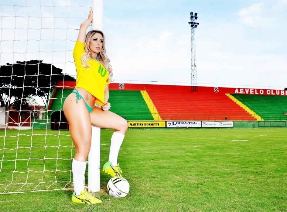 12.mai.2014 - A ex-panicat Carol Narizinho divulgou um ensaio sensual especial em clima de Copa do Mundo. Vestindo as cores da seleção brasileira, a gata mostrou suas curvas perfeitas em poses clicadas em um estádio no interior de São Paulo