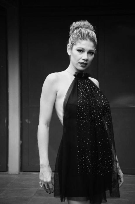 13.mai.2014 - Aos 38 anos, a ex-paquita Cátia Paganote mostrou seu lado sensual durante ensaio para um catálogo de moda. Usando um vestido bem decotado nas costas e transparente na frente, a loira exibiu suas belas curvas