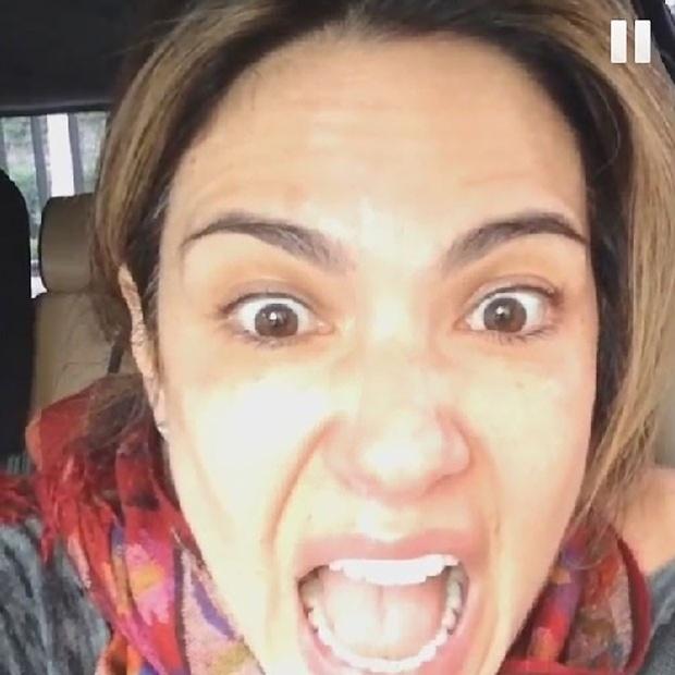 """14.mai.2014 - Luciana Gimenez postou um """"momento desabafo"""" em forma de vídeo no Instagram. Na gravação, a apresentadora aparece de """"cara lavada"""", reclamando da telefonia no país  """"Falar no telefone no Brasil é insuportável! Aaaaaaaaah!"""". Os seguidores de Lu Gimenez enviaram mensagens pela web: """"Muda pra New York"""", """"Ah, se todos dissessem o que pensam sobre direitos do consumidor, não seria essa palhaçada"""""""