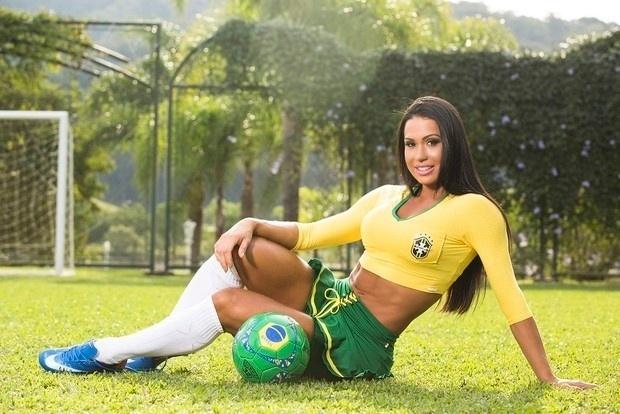 15.mai.2014 - Gracyanne Barbosa também mostrou que está pronta para torcer pela seleção na Copa do Mundo de 2014 ao posar para o catálogo de uma marca de moda fitness. A esposa do cantor Belo mostrou que continua com as curvas em dia ao vestir as cores  do Brasil