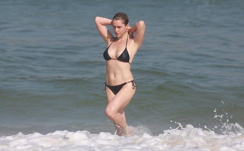 16.mai.2014 - Aos 40 anos, a atriz Letícia Spiller mostrou que continua com o corpão em forma enquanto aproveitava o dia de sol na praia da Barra da Tijuca, no Rio de Janeiro