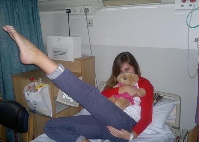 """20.mai.2014 - A jovem Chelsey Jay, 23 anos, tem uma condição rara chamada Síndrome de Taquicardia Postural e viu seu sonho de ser uma grande modelo ficar distante ao precisar abandonar a carreira - pelo menos por um tempo - pois, por sua doença, que a faz desmaiar toda vez que se levanta, ela precisa viver confinada em uma cadeira de rodas. Em entrevista ao Daily Mail, Chelsey, que teve sua doença diagnosticada em 2012, revelou: """"Quando me falaram, eu pensei que meus sonhos tinham chegado ao fim. Eu havia acabado de ingressar na carreira e, de repente, não aguentava mais ficar de pé nem para escovar os dentes"""". No entanto, a beleza da garota, que mora na Inglaterra, chamou a atenção de uma agência de modelos que preza pela diversidade. Desde então, ela tem posado para campanhas e feito eventos de passarela"""