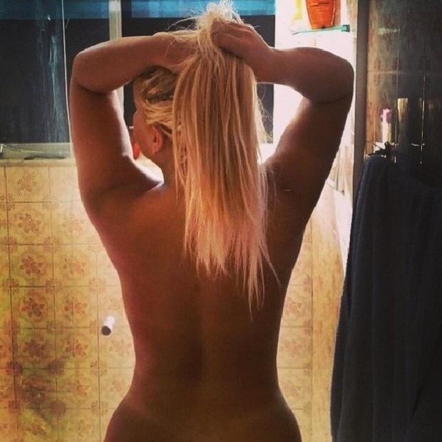 """21.mai.2014 - De quem é esta silhueta? Acertou se você disse Mulher Filé. A loira postou no Instagram esta foto em que aparece nua, entrando no chuveiro, e ganhou diversos elogios dos seguidores: """"Obra de Deus"""", """"Sempre linda"""", comentaram alguns fãs"""