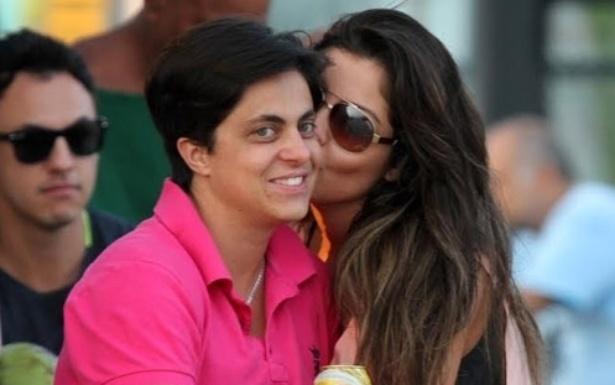 17.mai.2014 - Thammy Miranda foi flagrada ao beijos com sua namorada, Andressa Ferreira, na Barra da Tijuca, no Rio. As duas esperavam por uma mesa em um restaurante e trocaram carinhos diante dos fotógrafos
