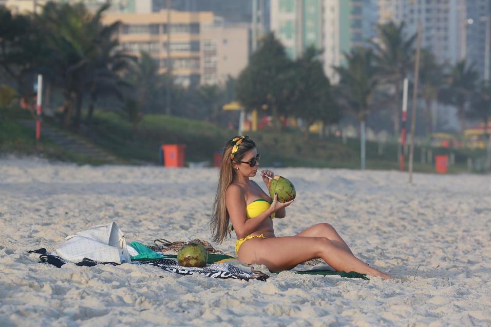 21.mai.2014 - Representante do Coritiba no concurso Musa do Brasileirão, Larissa Gomes curtiu o dia de sol na praia da Barra da Tijuca, no Rio de Janeiro. A gata também espera ser reconhecida como musa da Copa do Mundo 2014, assim como a xará paraguaia Larissa Riquelme, eleita musa do Mundial de 2010