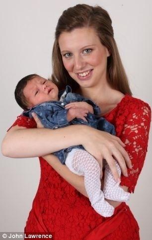 """20.mai.2014 - Shannon estava sofrendo de depressão pós-parto após o nascimento da primeira filha, quando descobriu que estava grávida novamente e precisaria fazer um aborto. Ela contou ao Daily Mail que chorou muito ao esperar na clínica para tomar os remédios que induziriam ao aborto, mas sentiu que não tinha outra escolha: """"O pensamento de deixar Lacie sem mãe me fez ir até o fim"""", disse ela, ao referir-se à primogênita. Ela estava grávida de oito semanas da pequena Amelia (foto) e sangrou por dois dias depois do procedimento. Três meses depois, Shannon sentiu movimentos em sua barriga, fez dois testes de gravidez antes de ir ao médico com uma certeza: ainda esperava o bebê. O terceiro teste deu negativo, e o médico disse se tratar de um efeito colateral. Em dezembro, ela fez o quarto teste, que deu positivo, mesmo com um implante contraceptivo, ela estava convencida de que esperava o terceiro filho, mas o ultrassom mostrou ser o mesmo bebê"""