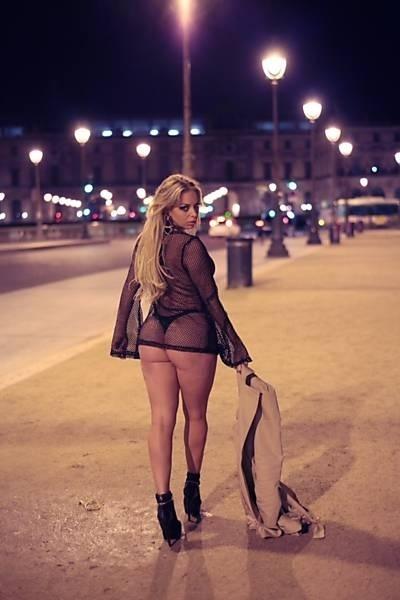 25.mai.2014 - Jessica Lopes, mais conhecida como a Peladona de Congonhas, foi à França e posou para um ensaio bem sensual nas ruas de Paris