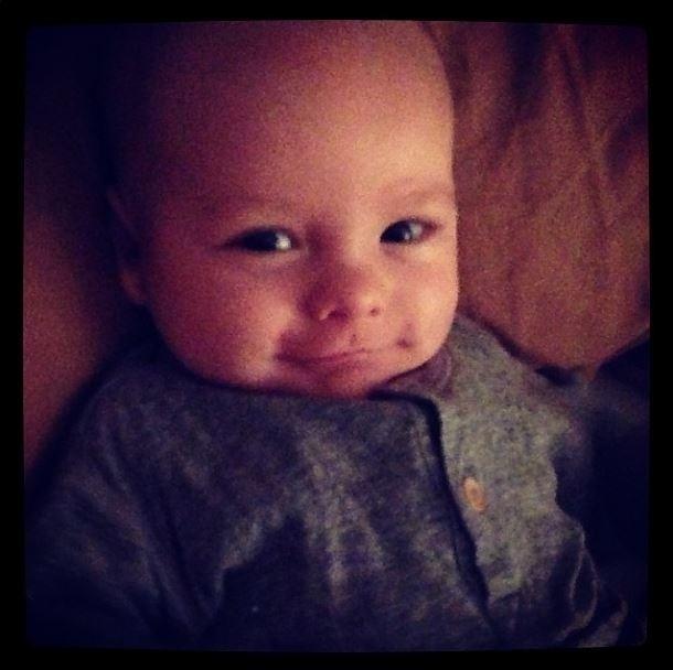 """27.mai.2014 - Que gracinha! Ana Hickmann postou uma foto de seu filho, Alexandre, de dois meses, no Instagram: """"Bom dia!"""", escreveu ela na legenda da imagem em que o pequeno aparece dando um sorrisinho maroto. Ele é filho da apresentadora com o empresário Alexandre Correa"""