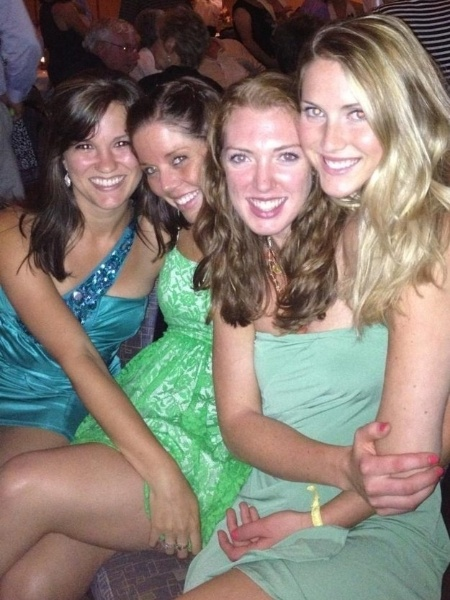 Foi assim: três amigas posaram para a foto, mas, na hora do clique, outra apareceu atrás. Aí ficou parecendo que a garota à direita tem duas cabeças